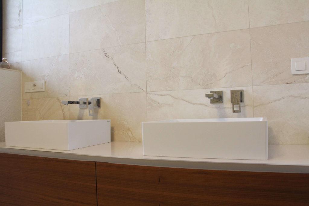 Realizace obkladu v koupelně tímto specifickým přírodním kamene. Tento kamenný obklad je patří sice stále mezi travertiny, ale zároveň obsahuje onyx, což je polodrahokam.